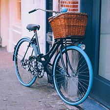 Bici azul con cesta de mimbre