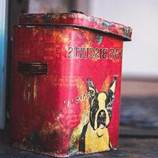 Caja de lata roja